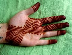 https://flic.kr/p/5z5KgK | tape resist | This was done in the West African method with strips of tape as a resist for the henna. Watch hennatribe.com for an article explaining how to do this!