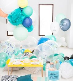 ambiance ballons pompons anniversaire