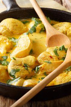 Blitzschnelles Hähnchen-Curry mit Kokosmilch: Unverschämt cremig! - bildderfrau.de Cilantro, Wok, Thai Red Curry, Carne, Low Carb, Food And Drink, Ethnic Recipes, Chicken Curry, Chili
