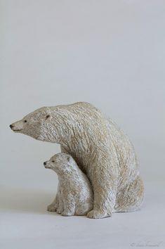 """Olivia Tregaut Sculpture- """"voir plus loin""""-ours blanc et son petit-grès H: 18 cm; Prof: 26 cm; Larg: 13 cm"""