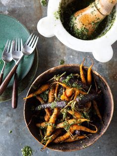 How to make pesto from green carrot tops! Roasted Carrots with Carrot Top Pesto Fruit Recipes, Vegetable Recipes, Vegetarian Recipes, Cooking Recipes, Healthy Recipes, Vegetable Sides, Delicious Recipes, I Love Food, Side Dishes