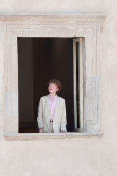Thomas Copeland si affaccia alla finestra del primo piano di Casa Menotti