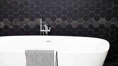 carreaux ardoise pour salle de bian noire avec baignoire blanche