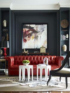 """С каким цветом сочетается красный: 75 потрясающих идей и вдохновляющих цветовых схем (фото) http://happymodern.ru/s-kakim-cvetom-sochetaetsya-krasnyj-75-foto/ Эффектный красный диван """"Честерфилд"""" на фоне черных стен Смотри больше http://happymodern.ru/s-kakim-cvetom-sochetaetsya-krasnyj-75-foto/"""