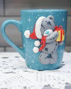 Кружка с мишкой - Тедди готова!)) 🐻❄️❄️❄️ Редко, но всё же, буду стараться пополнять наличие к празднику в промежутках между заказами! 😃… Polymer Clay Figures, Polymer Clay Projects, Polymer Clay Art, Handmade Polymer Clay, Small Christmas Gifts, Polymer Clay Christmas, Christmas Drawing, Christmas Art, Coffee Cup Crafts