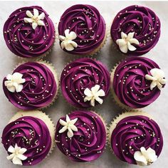 We love everything about these cupcakes! 😍 used a combination of violet and burgundy to make these gorgeous cupcakes! She used tip for the swirl and tip for the perfect floral touch on top! Cupcakes Lindos, Cupcakes Flores, Flower Cupcakes, Purple Cupcakes, Wedding Cupcakes, Purple Desserts, Raspberry Cupcakes, Bridal Shower Cupcakes, Cupcake Bouquets