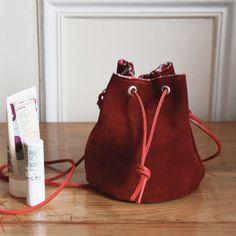 DIY sac seau en cuir – Modes et Travaux DIY Leather Bucket Bag – Modes and Works Diy Bags Purses, Diy Purse, Bucket Bag, Sewing Online, Bag Pattern Free, Denim Bag, Diy Fashion, Leather, Free Tutorials