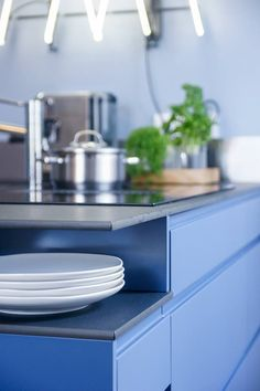 Helnon Töölö-malliston keittiö indigonsinisenä.  #töölö #indigo #indigoblue #keittiö #helno #helnodesign #kitchen #keittiöremontti #asmonoronen #sisustus #finland #interiordesign #kök #helsinki