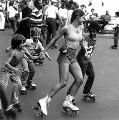 Preciosa patinadora jugando con unos niños en una pista de patinaje al aire libre, 1970s.