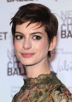 Többen kértétek tőlünk, hogy rövid hajhoz is adjunk inspirációt, mutassunk frizurákat. Anne Hathaway nagyon jó példa, mert amióta a Nyomorultakban vállalt szerepe miatt meg kellett válnia a hosszú hajától, rengetegféleképpen hordta a rövidet.  New York City Ballet őszi…