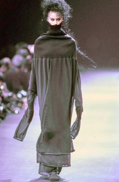 See the complete Comme des Garçons Fall 1992 Ready-to-Wear collection.