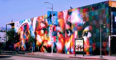"""Grafite de Madre Teresa de Calcutá, Nelson Mandela e Martin Luther King. Da série """"Olhares da Paz"""". Grande mural grafitado.  Eduardo Kobra (S.Paulo, SP, Brasil, 1976 - ). Em Los Angeles, Califórnia, USA.  Fotografia: Arquivo pessoal.  http://entretenimento.uol.com.br/album/2015/06/09/conheca-grafites-do-brasileiro-eduardo-kobra-espalhados-pelo-mundo.htm#fotoNav=13"""