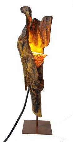 """Die Lampe """"Buzzard"""" erscheint abstrakt wie ein kleiner Greifvogel. Eine aufrechte und elegante Form, die Maserung des Holzes erinnert an Federn. Unikat in Handarbeit kunstvoll gestaltet."""