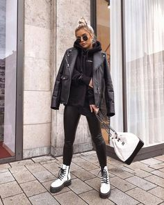 Find out where you can get the bag - Street Style Outfits Dr Martens Outfit, Outfits With Doc Martens, Dr Martens Style, Doc Martens Outfit Summer, Doc Martens Fashion, Winter Mode Outfits, Winter Fashion Outfits, Fashion Ideas, Fashion Fashion