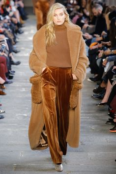 The complete Max Mara Fall 2017 Ready-to-Wear fashion show now on Vogue Runway. Fashion Week, Fashion 2017, Look Fashion, Runway Fashion, High Fashion, Winter Fashion, Fashion Show, Womens Fashion, Fashion Trends
