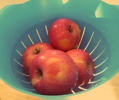 Dzisiaj proponujemy naszą ulubioną przekąskę! Jabłka idealnie zaspokajają głód, a masło orzechowe dodaje dużo energii  Smaczne, proste i zdrowe! Apple, Fruit, Apple Fruit, The Fruit, Apples