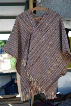 Poncho tejido en telar Winter Dresses, Casual Dresses, Men Sweater, Sweaters For Women, Women's Sweaters, Swedish Weaving, Textiles, Winter Collection, Lana