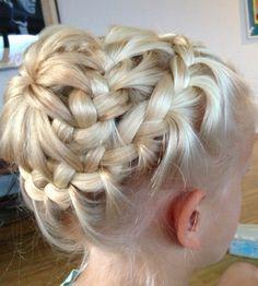 Diese Frisur besteht aus zwei parallelen Zöpfen