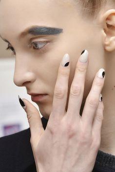 czarno-biale-paznokcie-cornejo-fot-imaxtree.jpg (532×800)