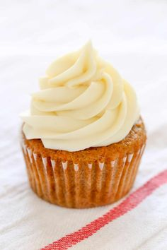 The best easy cream cheese frosting made with four simple ingredients and ready in just a few minutes. This frosting pipes perfectly and can be used on so many different desserts! Frosting Recipes, Cupcake Recipes, Baking Recipes, Cupcake Cakes, Dessert Recipes, Party Cupcakes, Food Cakes, Frosting Types, Cake Icing