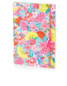 Ce carnet coloré est imprimé de fruits et de fleurs tropicaux et comporte une tranche à spirales invisibles. Il ferme par un élastique doté d'une breloque en forme de pampille et se compose de pages lignées que vous pouvez remplir de vos propres notes.