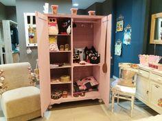 Armário rosa com fundo revestido com tecido. #amo reciclarcomIsaPerinotto
