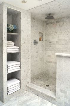 tile shower and niche for linen closet...like this shelf idea. I'd give up closet space for it. NB: volume et couleur pas mal