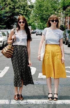横条纹T+姜黄长裙+黑凉鞋 长碎花裙+短靴+无袖上衣