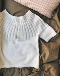 The Sunday Tee is knit from the top down. The circular yoke is worked in the round in rib pattern, shaped with increases. Body and sleeves are worked in the round in stockinette stitch and are finished with a folded edge. Sweater Knitting Patterns, Knit Patterns, Summer Knitting, Yarn Shop, Stockinette, Knit Crochet, Knitwear, Ravelry, Tees