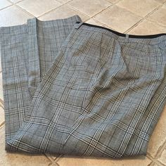 "Martin Fit Banana Republic Pants Look brand new. Pockets on the sides. Length is 38"" and inseam is 28"" waist is 16"" . I love the black band across the top. Leg opening 8"" perfect condition Banana Republic Pants"