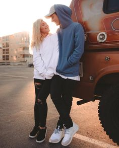 """141.8 mil Me gusta, 947 comentarios - Christian Collins (@weeklychris) en Instagram: """"I asked her to travel the world with me in an old hippie van ❤️ she said no."""""""