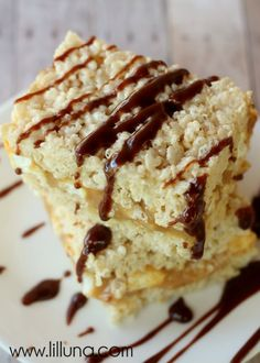 Crack Rice Krispies - yes, they're addicting! A gooey marshmallow, caramel middle, drizzled with yummy chocolate! Rice Crispy Treats, Krispie Treats, Rice Krispies, Yummy Treats, Sweet Treats, Just Desserts, Delicious Desserts, Yummy Food, Eat Dessert First