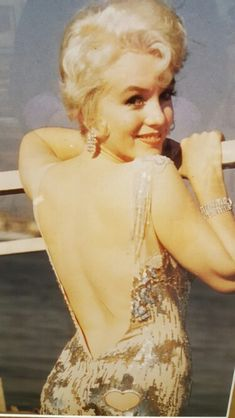 AN OLD PICTURE OF MARILYN MONROE...SHE WAS A BEAUTY.
