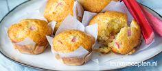 Fris zure muffins met stukjes rabarber en een vleugje sinaasappel