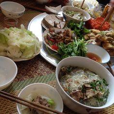 ベトナムの村の旧正月の料理はこんな感じ  年末年始は国地域によって色々な食文化がありますが  今回行ったベトナムの友人の両親の故郷ではだいたいこのような内容で新年をスタートしていました  とりあえず今回は犬はいなかったですよ  野菜がものすごく多くヘルシーな印象がありました  フォーはなくこちらはミンザウンという春雨鶏肉スープみたいなものや  ティトゥロッサオというほうれん草肉炒めなど...  生まれ育った日本の料理が恋しくなりますね  今日も今 をしっかり感じしっかり学び明日に向かって歩んでいきます  #cocoacana #tet #テト #旧正月 #vietnam #ベトナム #食 #文化 #food #culture #travel #観光 #旅行 #旅 #自分磨き #発見 #picture #写真 #ここあかな #taiwasato