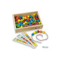 Recomendado + 3 años.  Contiene cuentas de colores  fáciles de agarrar. Con este kit el niño aprende y distingue los colores básicos y lo anima a observar y tocar distintas formas. Incluye 8 tarjetas con actividades guiadas diferentes.  Medidas: 21,25 x 15 x 4,69 cm  Juego de reglas que permite desarrollar la habilidad manual y el razonamiento.