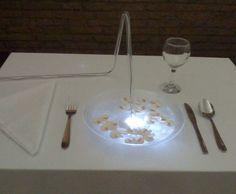 """""""La Sopa Radiant"""". Candelabro sumergible en un plato de sopa de champiñones. Instalación: Tardor Art 2011"""