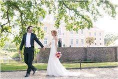 Brautpaarshooting,  Schloss Miel, Brautpaar, Spazieren, Spaziergang, Brautstrauß, Brautkleid: Pronovias, Foto: Violeta Pelivan