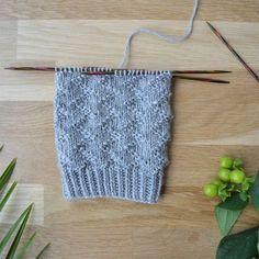 Stickskola: Raggsockor Siksak-pintaneule - 52 sukanvartta – NeulovillaRavelry: Garland Socks pattern by Lesley Melliship Would look fab in any colour Crochet Socks, Knitting Socks, Knitted Hats, Knit Crochet, Lace Knitting Stitches, Knitting Patterns, Knitting Ideas, Diy Projects To Try, Handicraft