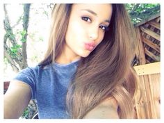 Ariana Grande showed off a gorgeous kissy-face selfie, and her skin was absolutely glowing!