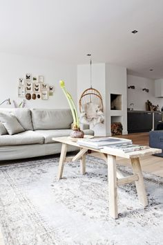 Ik ben verliefd op die hangstoel! lijkt mij heel leuk om daarin lekker te hangen en schommelen en het ziet er mooi uit in het interieur