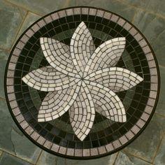 Mesa com mosaico de pastilhas de vidro sobre tampo de MDF e pé de madeira Amapá. Mosaic Tray, Mosaic Glass, Mosaic Tiles, Stained Glass, Glass Art, Mosaic Table Tops, Mosaic Crafts, Mosaic Projects, Mosaic Designs