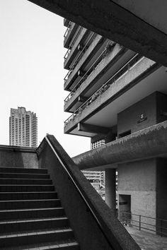 Post-War British Architecture — Barbican Estate City of London, Chamberlin. British Architecture, London Architecture, Urban Architecture, Architecture Sketchbook, London Photography, Urban Photography, Street Photography, Photography Poses, Building Photography