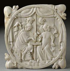 Paris  vers 1300    Valve de miroir : Jeu d'échecs   Ivoire  D. : 11,50 cm. ; Pr. 0,90 cm.    Don A.-Ch. Sauvageot, 1856  Département des Objets d'art  OA 117