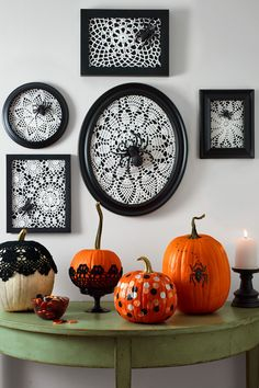 Many of the decoration above are easy to find. You can also painting the Halloween decoration by yourself. The Halloween decoration mostly doesn't look creepy, yet looks fun. So, it is a good idea to make a party in your house with the Halloween concept. Retro Halloween, Halloween Party Kostüm, Halloween Designs, Spooky Halloween, Holidays Halloween, Happy Halloween, Homemade Halloween, Halloween Stuff, Diy Halloween Picture Frames