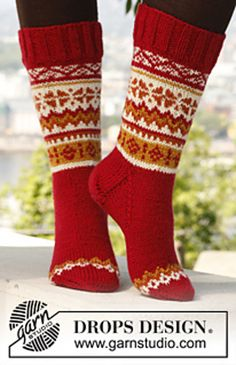 "Sweet scarborough socks / DROPS - free knitting patterns by DROPS design, Knitted DROPS socks in ""Karisma"" with Norwegian pattern. Sizes 35 to ~ DROPS design. Knitting Patterns Free, Free Knitting, Baby Knitting, Free Pattern, Knit Mittens, Knitting Socks, Knitted Hats, Drops Design, Norwegian Knitting"