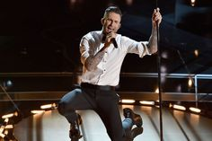 El cantante Adam Levine, del grupo Maroon 5, interpretando el tema 'Lost Stars', de la banda sonora de la película 'Begin Again'.