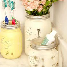 3 projets à faire en 1 journée pour ajouter un peu de déco à votre salle de bain - Décorations - Trucs et Bricolages Pot Mason, Mason Jars, Pots, Ajouter, Stuff Stuff, Hot Glue Guns, Cotton Swab, Small Rooms, Bath