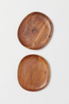 Oval dishes in acacia wood with a small rim. Size 7 x 8 in. Height of rim in. Photoshop, Small Wooden Tray, Dining Plates, Serving Plates, Metal Trays, Wood Tray, Wood Bowls, H&m Home, Porcelain Mugs