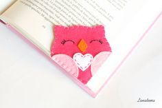 ♥ Pink owl felt corner bookmark Choose this lovely pink smiling owl as a bookmark for all your books or give it to someone you love! • Side size: 2,8